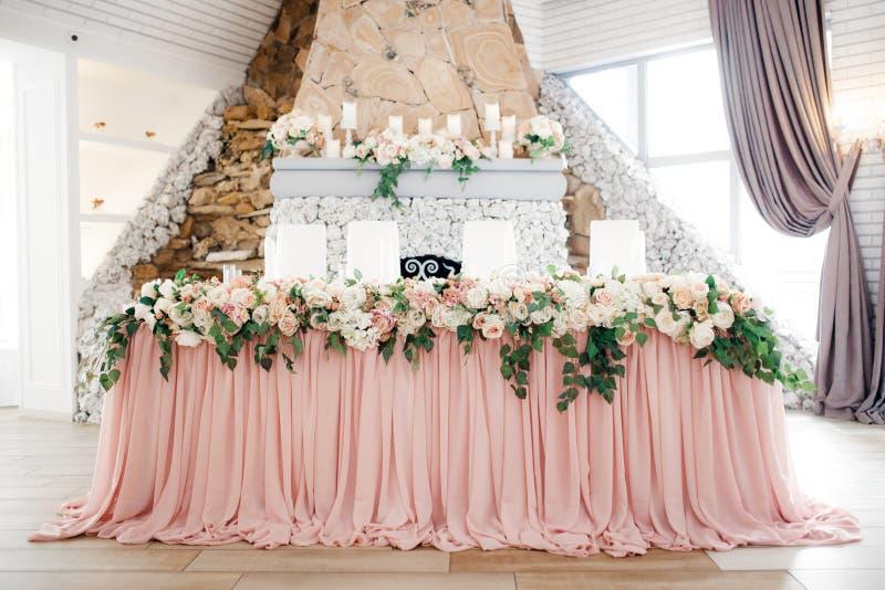 Bella decorazione di nozze installata con i fiori immagine stock libera da diritti