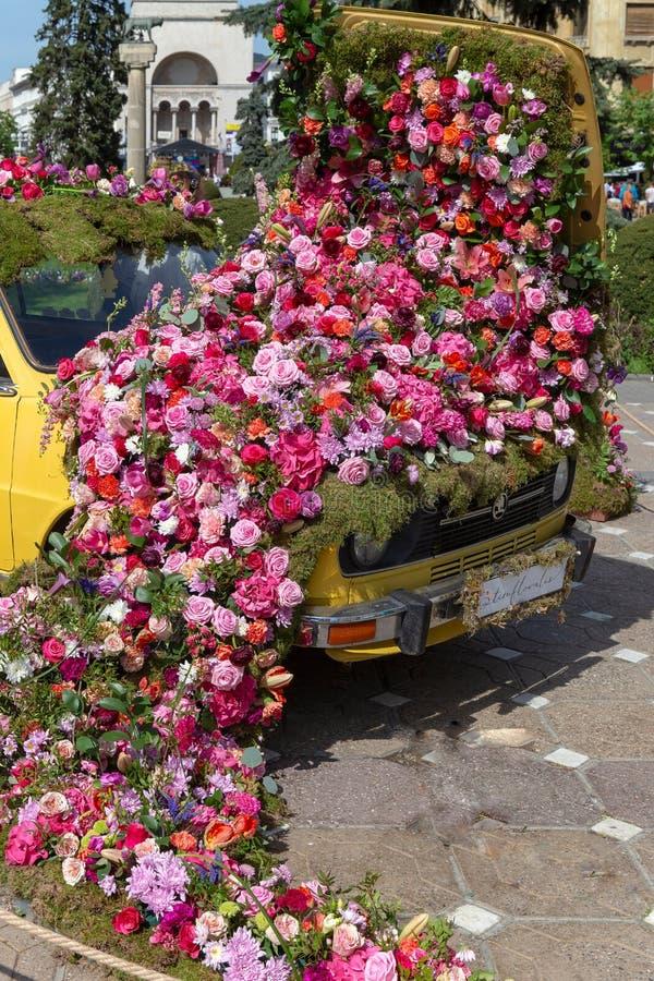 Bella decorazione floreale di vecchia automobile in Timisoara, Romania fotografia stock