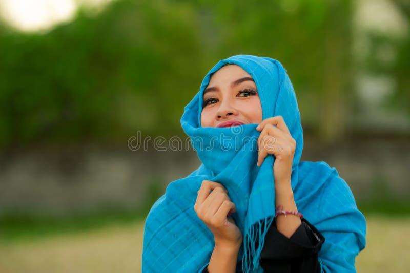Bella del ritratto di stile di vita la giovane e donna asiatica felice nei musulmani del hijab dirige lo smil divertentesi allegr immagini stock libere da diritti