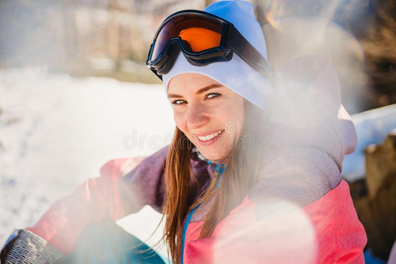 Bella donna in abbigliamento per lo snowboard nell'inverno immagine stock libera da diritti
