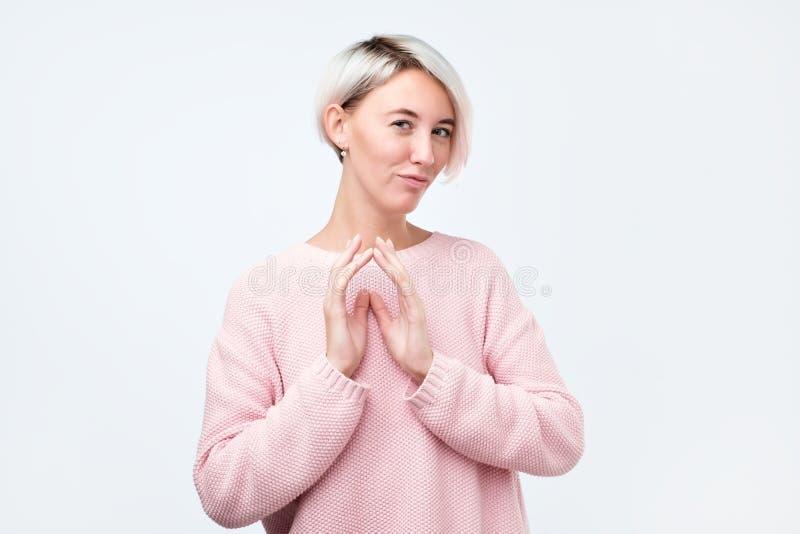 Bella donna abila con capelli tinti che esaminano macchina fotografica che rientra per realizzare piano ingannevole fotografia stock libera da diritti