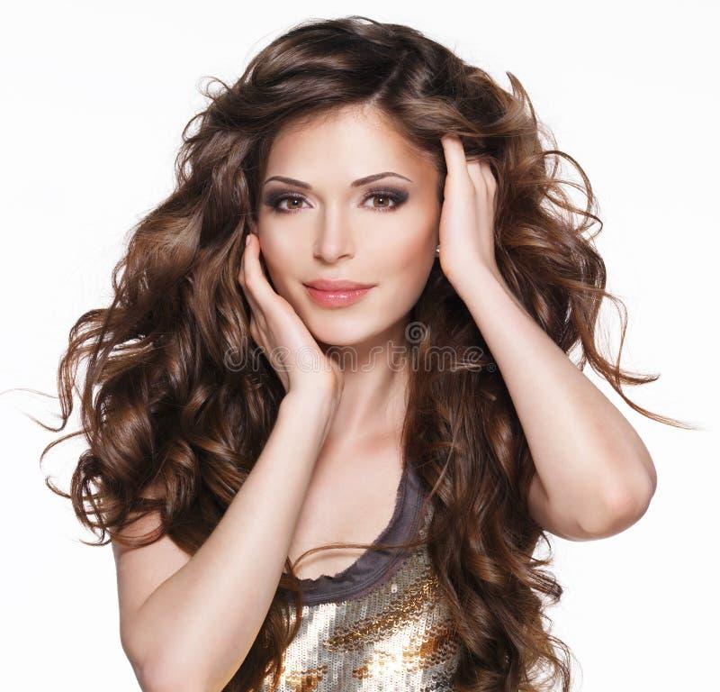 Bella donna adulta con capelli ricci marroni lunghi immagini stock