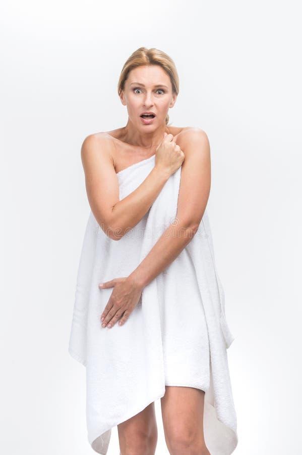 Bella donna adulta con la copertura sana fresca della pelle lei stessa fotografie stock libere da diritti