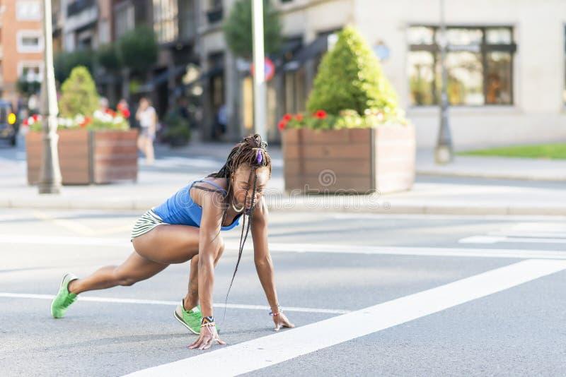 Bella donna africana di sport pronta a funzionare sulla via fotografie stock