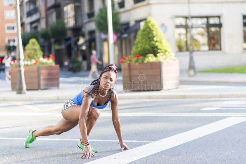 Bella donna africana di sport pronta a funzionare sulla via immagini stock