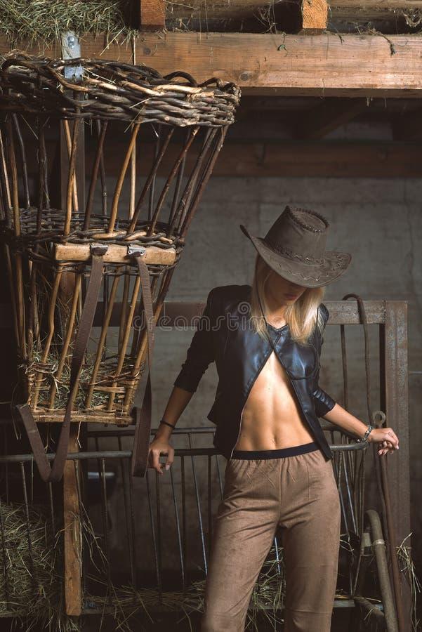 Bella donna agricola sensuale nel granaio vicino al canestro fotografia stock libera da diritti