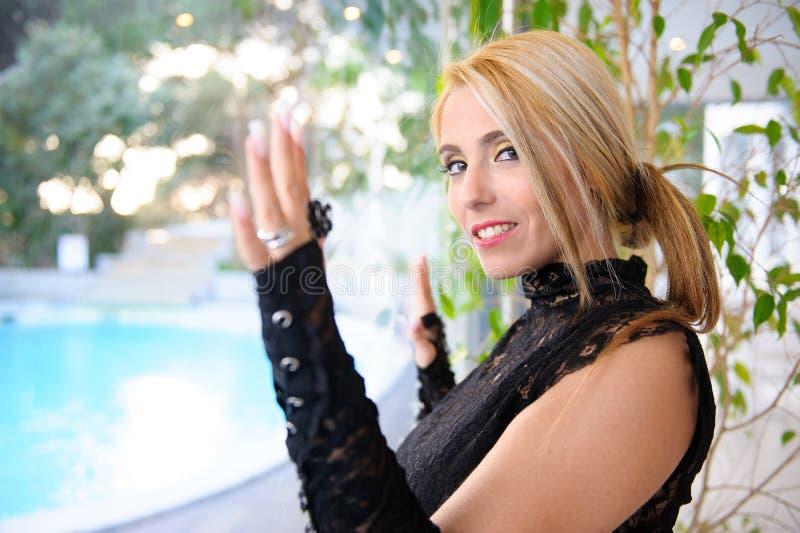 Bella donna al vetro fotografia stock libera da diritti