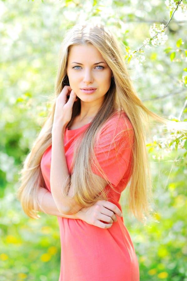 Bella donna in albero di fioritura in primavera fotografia stock libera da diritti
