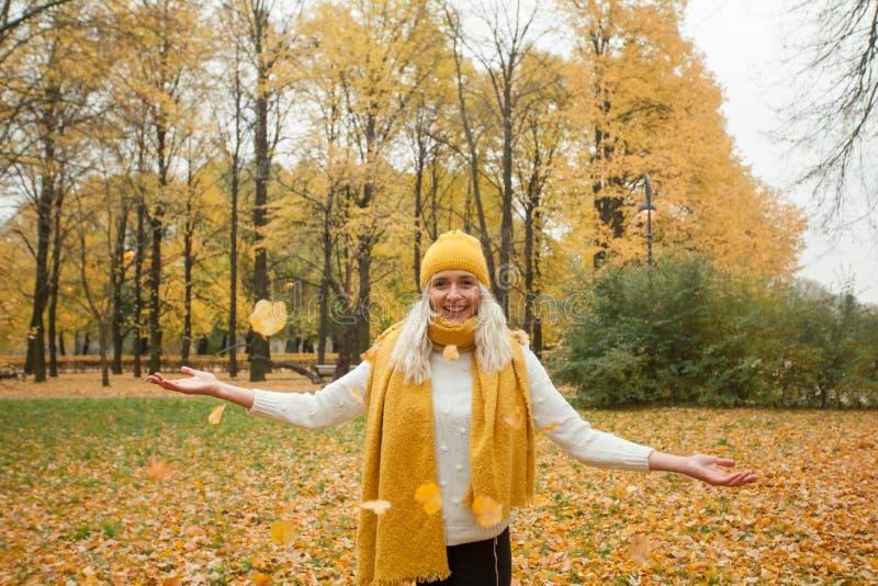 Bella donna all'aperto sul fondo di autunno immagine stock