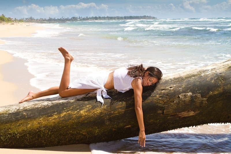 Bella donna all'oceano fotografia stock libera da diritti