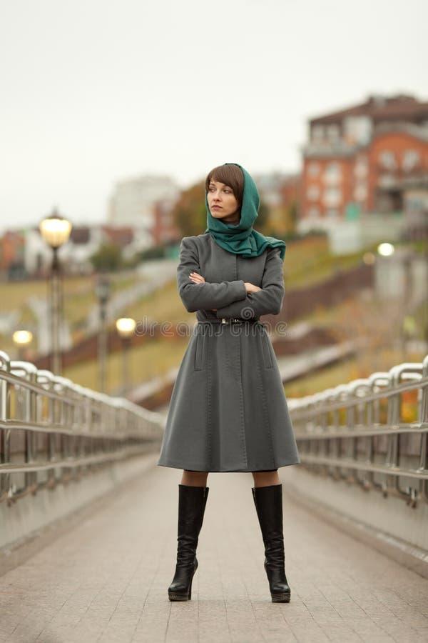 Bella donna alla moda all'aperto fotografia stock