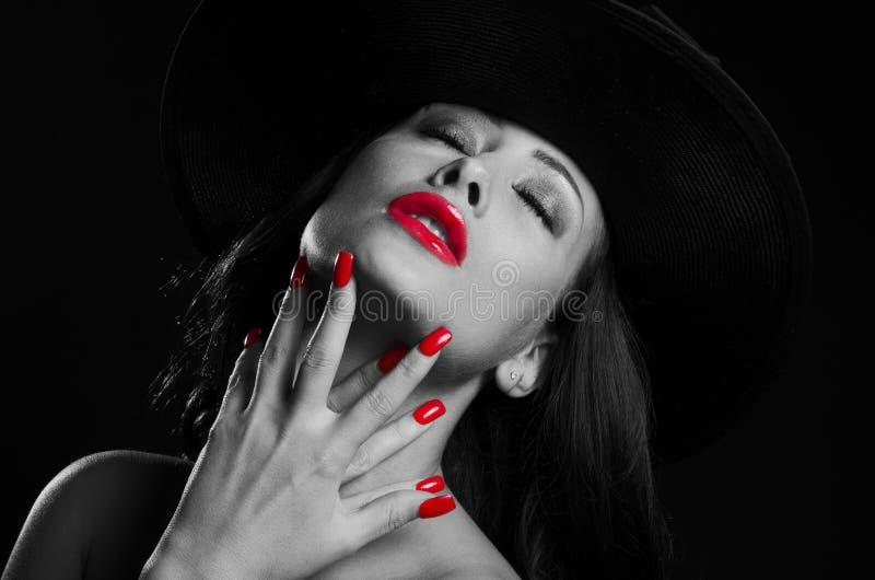 Bella, donna alla moda che porta un cappello, in in bianco e nero ad alto contrasto fotografia stock