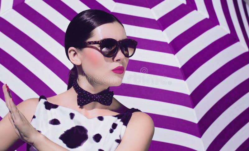 Bella donna alla moda con gli occhiali da sole e le labbra dipinte luminose fotografia stock