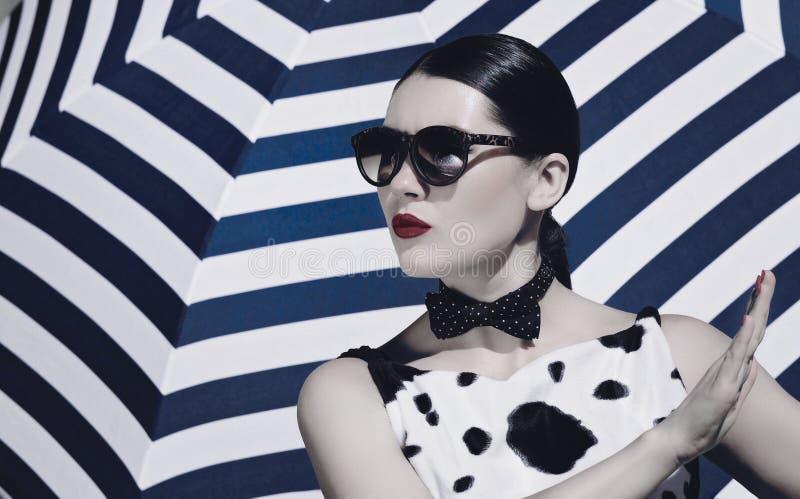 Bella donna alla moda con gli occhiali da sole e le labbra dipinte luminose fotografie stock libere da diritti