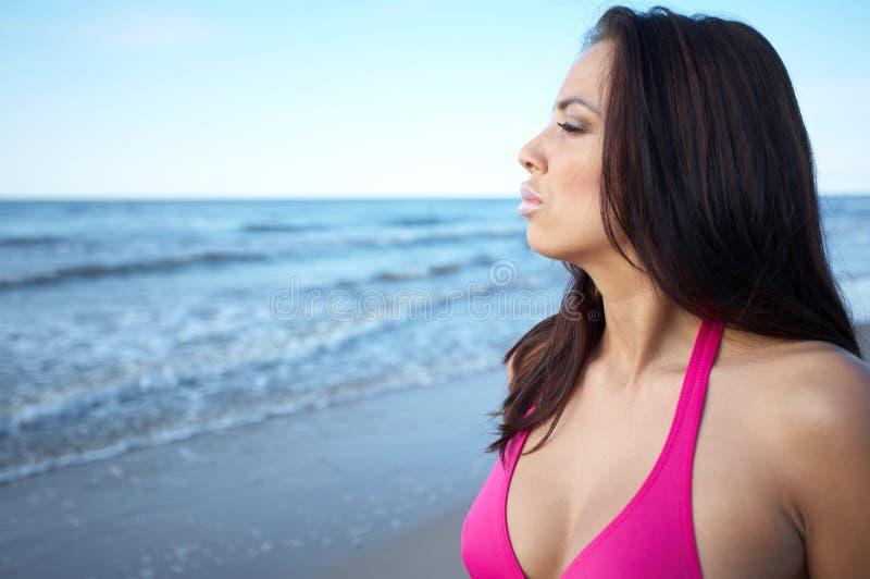 Bella donna alla spiaggia fotografia stock