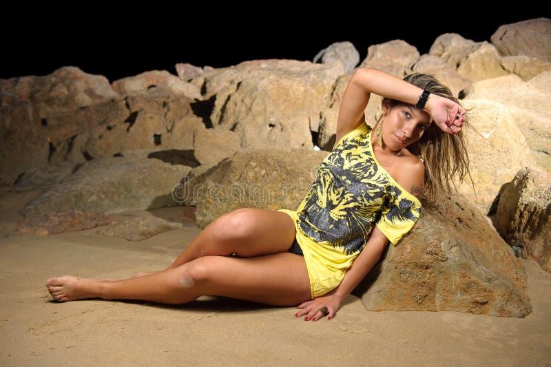 Bella donna alla spiaggia alla notte fotografie stock libere da diritti