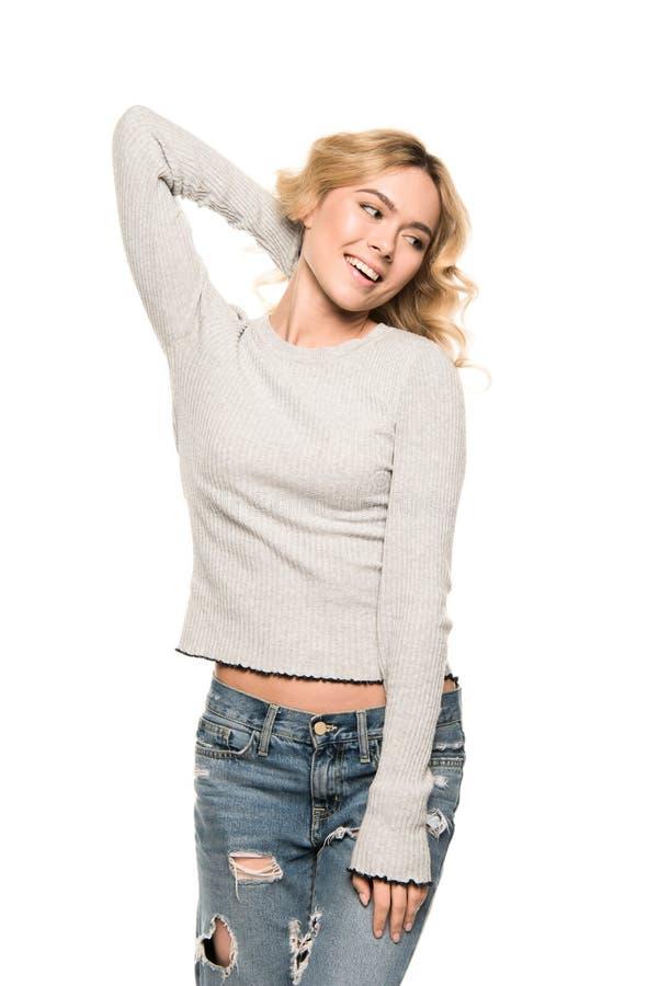Bella donna allegra bionda che posa in abbigliamento casual fotografia stock libera da diritti