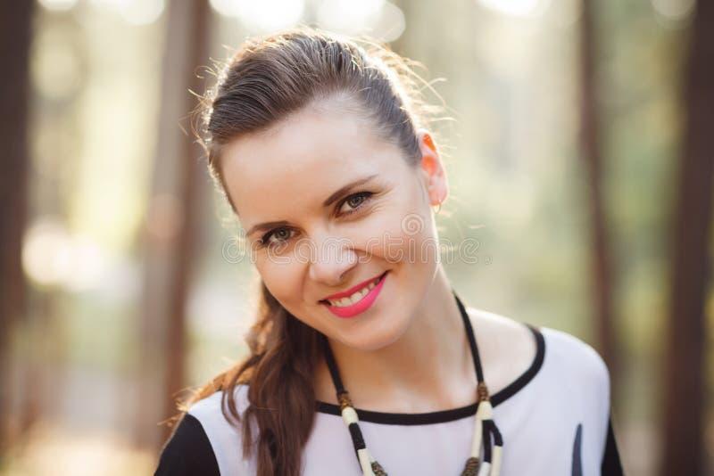 Bella donna allegra che posa nel ritratto all'aperto della foresta fotografia stock