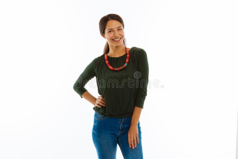 Bella donna allegra che tocca la sua vita fotografia stock libera da diritti