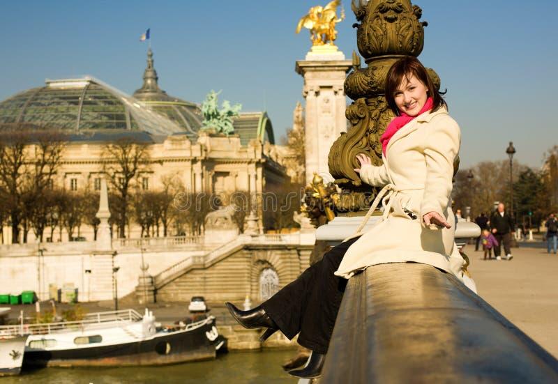Bella donna allegra a Parigi fotografia stock
