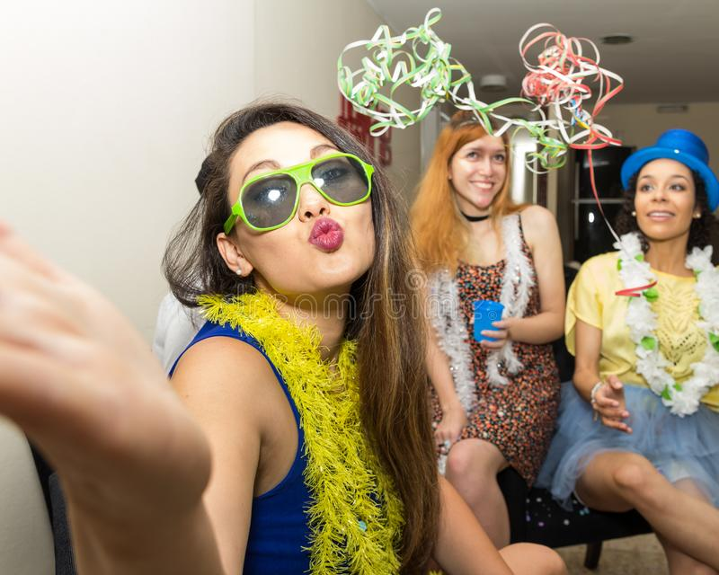 Bella donna asiatica al partito di Carnaval nel Brasile La ragazza è s fotografia stock