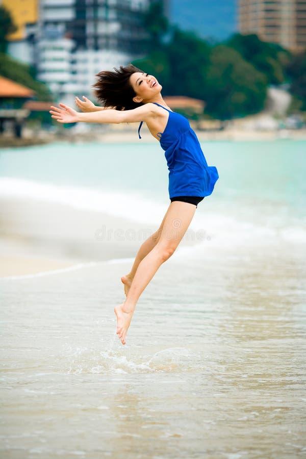 Bella donna asiatica alla spiaggia immagine stock