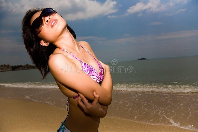 Bella donna asiatica alla spiaggia fotografia stock
