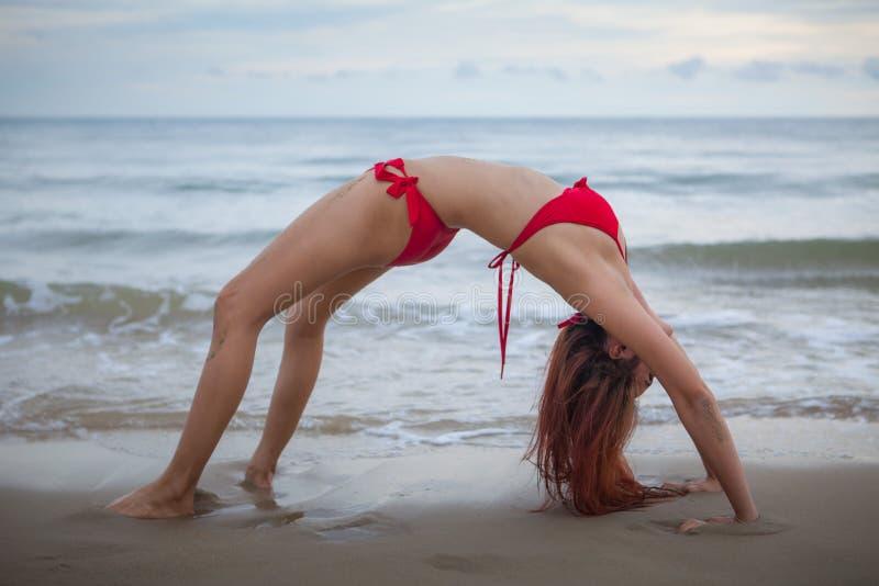 Bella donna asiatica in bikini rosso immagini stock libere da diritti