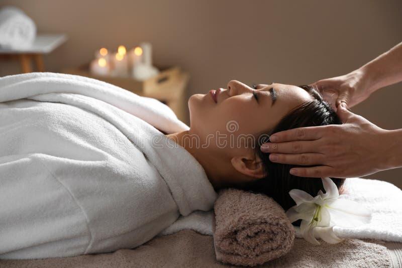 Bella donna asiatica che ottiene massaggio capo fotografie stock libere da diritti