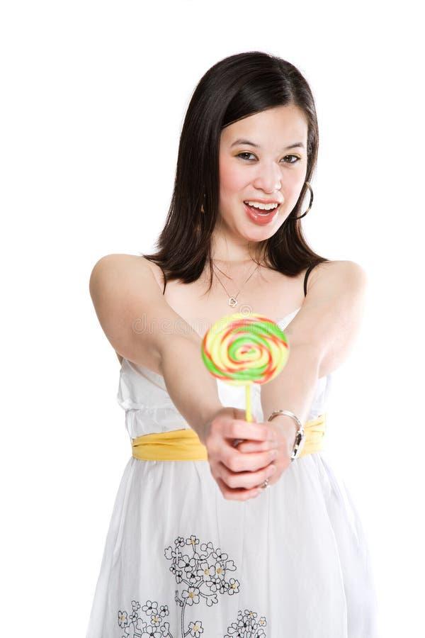 Bella donna asiatica con il lollipop immagine stock libera da diritti