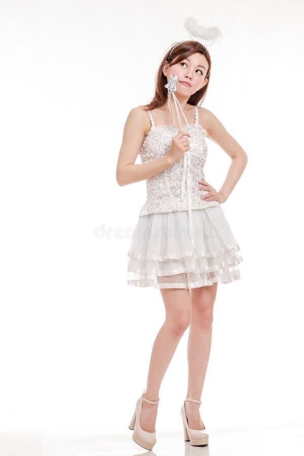 Bella donna asiatica nel pensiero di Angel Costume fotografie stock libere da diritti