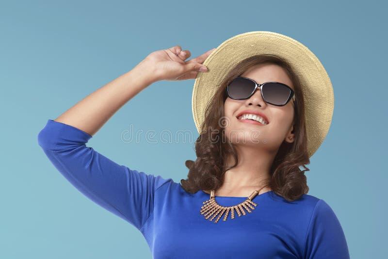 Bella donna asiatica sugli occhiali da sole d'uso di festa immagini stock libere da diritti
