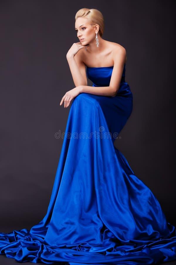 Bella donna in azzurro immagine stock libera da diritti