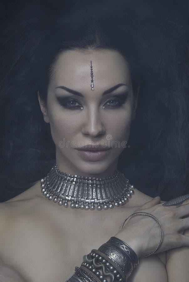 Bella donna Bellydancer con trucco orientale e gioielli orientali indiani, arabo, africano, egiziano Fusione tribale fotografia stock
