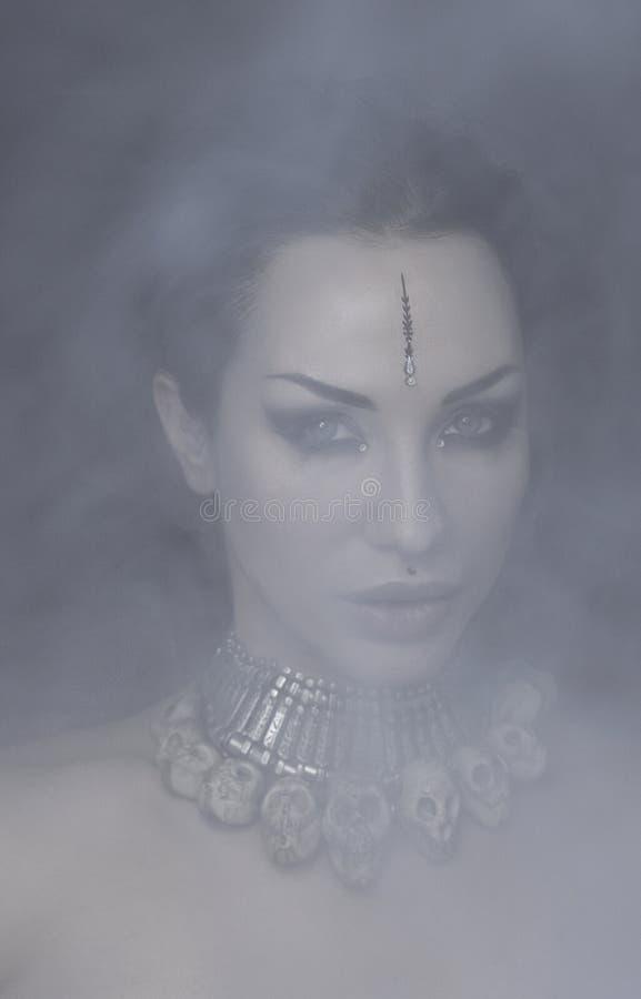 Bella donna Bellydancer con trucco orientale e gioielli orientali indiani, arabo, africano, egiziano immagini stock libere da diritti