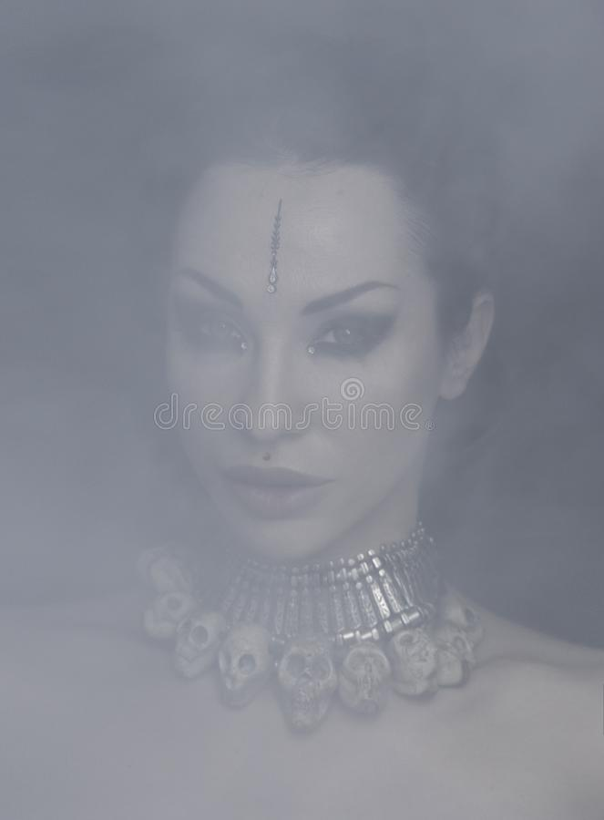 Bella donna Bellydancer con trucco orientale e gioielli orientali indiani, arabo, africano, egiziano fotografie stock