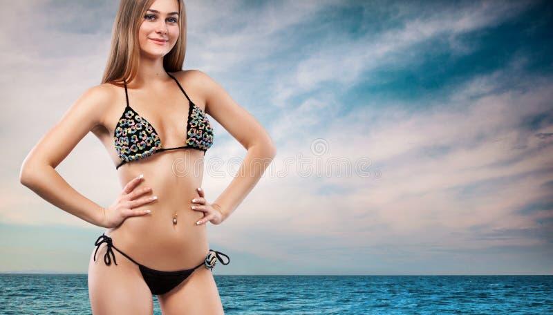 Bella donna in bikini sexy sopra il fondo del mare fotografia stock