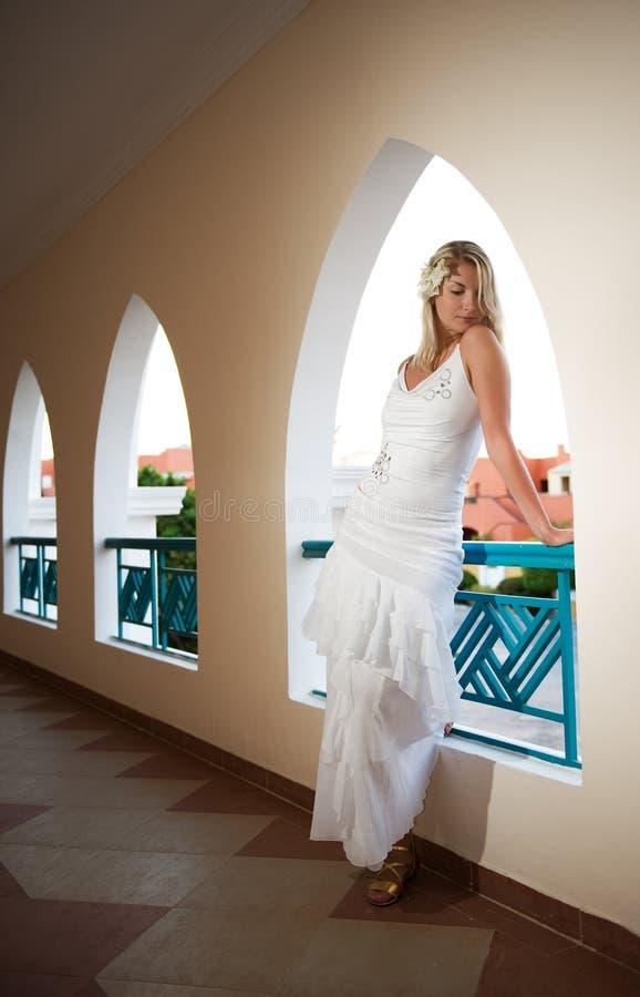 Download Bella donna bionda fotografia stock. Immagine di disteso - 7324380