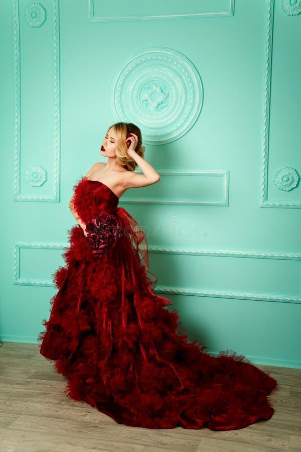 Bella donna bionda alla moda sexy sul sofà immagine stock libera da diritti