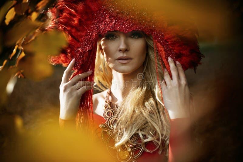 Bella donna bionda che indossa una coroncina rossa fotografie stock