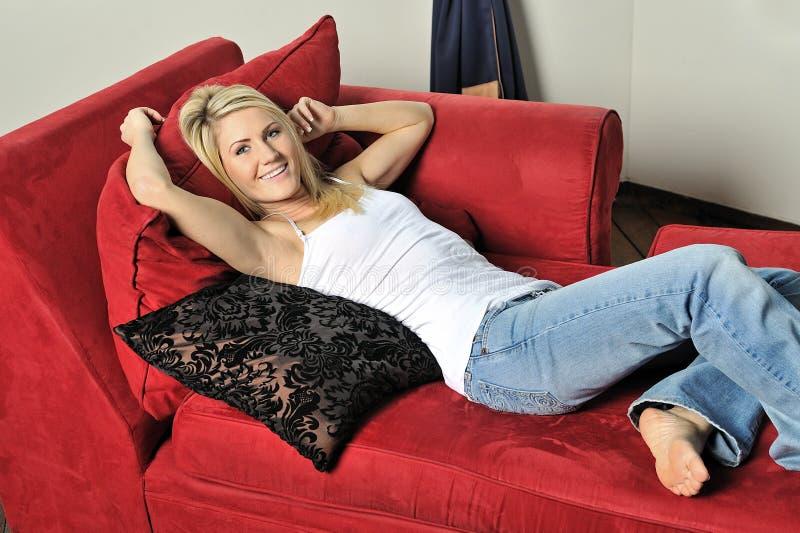Bella donna bionda che lounging fotografie stock libere da diritti