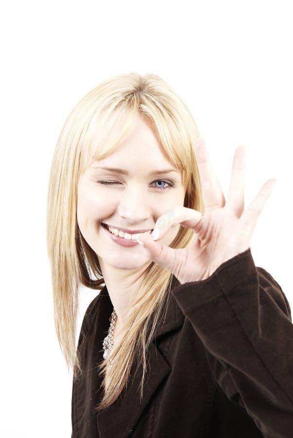 Bella donna bionda che mostra l'approvazione fotografia stock libera da diritti