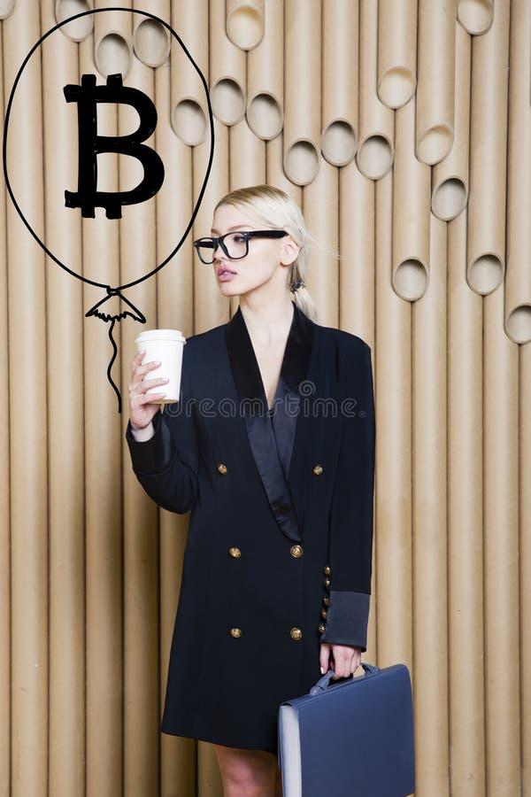Bella donna bionda che mostra schizzo vicino diritto del bitcoin Concetto virtuale di schiacciamento del btc o dei soldi Cryptocu fotografie stock