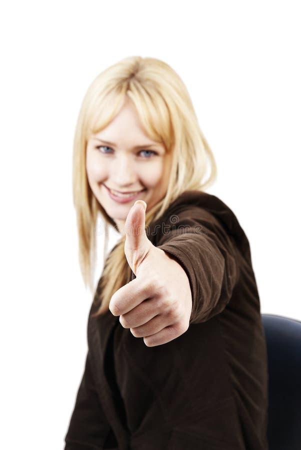 Bella donna bionda che mostra thumbs-up immagini stock