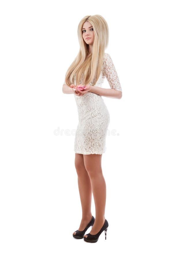 Bella donna bionda che tiene le rose rosa immagini stock libere da diritti