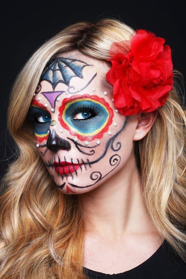 Bella donna bionda con arte dipinta del cranio dello zucchero immagini stock libere da diritti