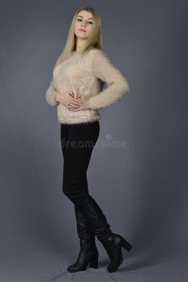 Bella donna bionda con capelli diritti lunghi fotografia stock libera da diritti