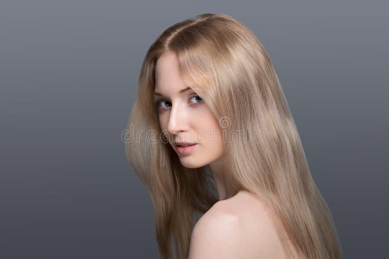 Bella donna bionda con il concetto di cura della fiore-pelle del cotone fotografia stock libera da diritti