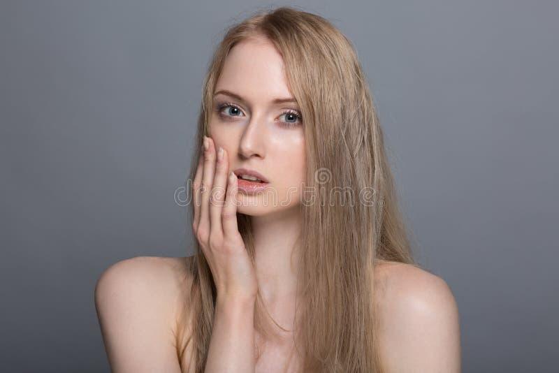 Bella donna bionda con il concetto di cura della fiore-pelle del cotone immagine stock libera da diritti