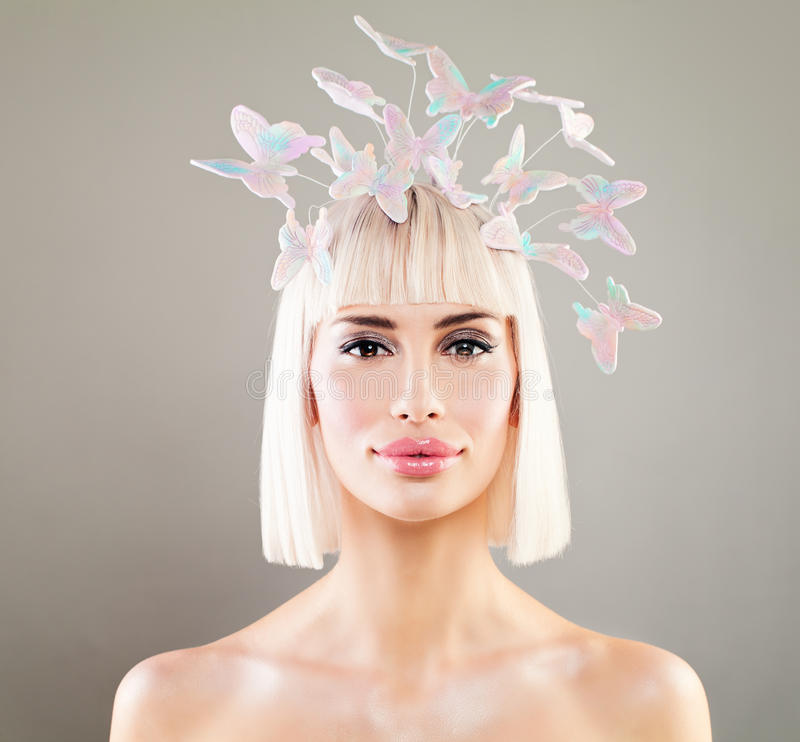 Bella donna bionda con la decorazione dei capelli della farfalla e di Bob Hairdo fotografie stock